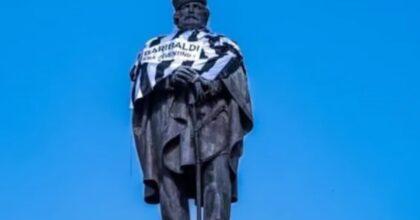 Statua di Garibaldi a Napoli con la maglia della Juventus, il blitz 'futuristico' di chi vuole 'Napoli capitale' VIDEO