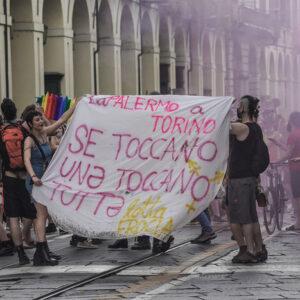 Aggressione omofoba a Milano: barista attaccato con coccio di bottiglia prima del gay pride