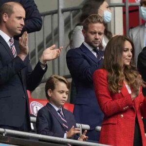 Kate Middleton, William e il principino George a Inghilterra-Germania. Lui annoiato è subito meme