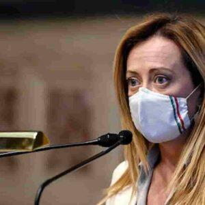 Giorgia Meloni spaventa Salvini che vede Palazzo Chigi col binocolo rovesciato e tira il colpo a Berlusconi
