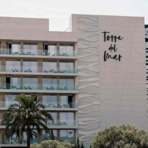 Ibiza, coppia muore precipitando dal balcone dell'hotel Torre del Mar a Platja d'en Bossa. Ipotesi omicidio-suicidio