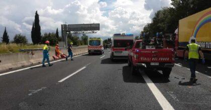 Incidente A1, furgone contro tir a San Giovanni Valdarno: un morto. A Barberino due tir in fiamme