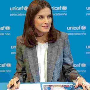 Capelli, ricrescita non spaventa più le donne: effetto lockdown, guida trend la regina di Spagna Letizia Ortiz