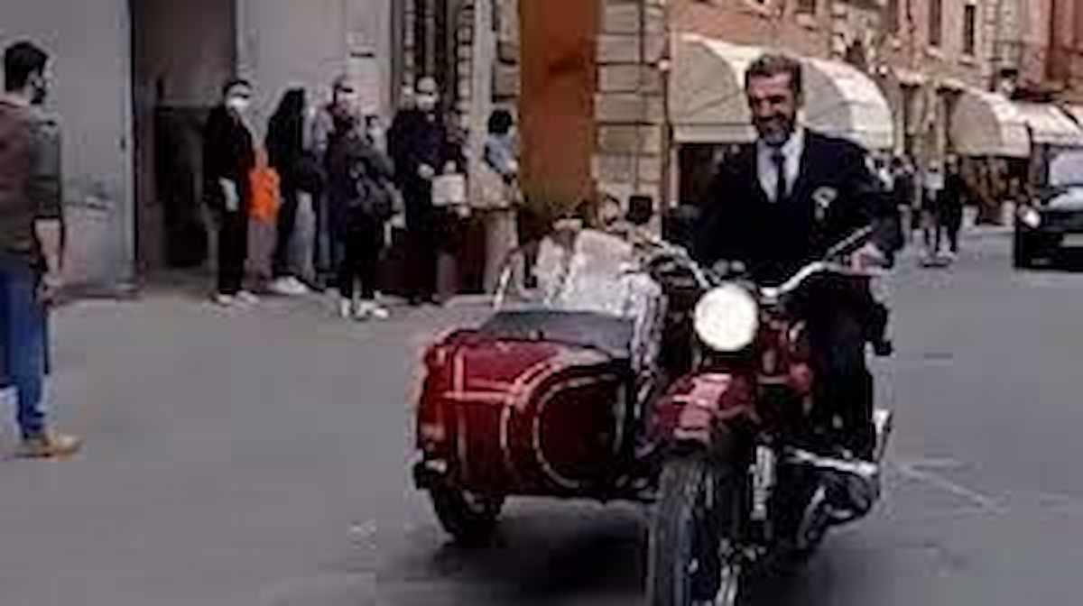Luca Argentero e Cristina Marino, matrimonio segreto a Città della Pieve in sidecar: il video su TikTok