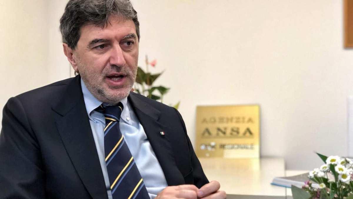 """Marco Marsilio e l'Abruzzo che """"si affaccia su tre mari"""". La gaffe in Consiglio Regionale VIDEO"""