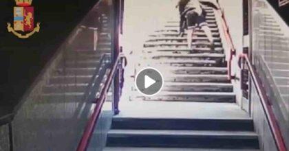 Milano, rapina in metro: minacciano una ragazza con le forbici per rubarle il telefono VIDEO