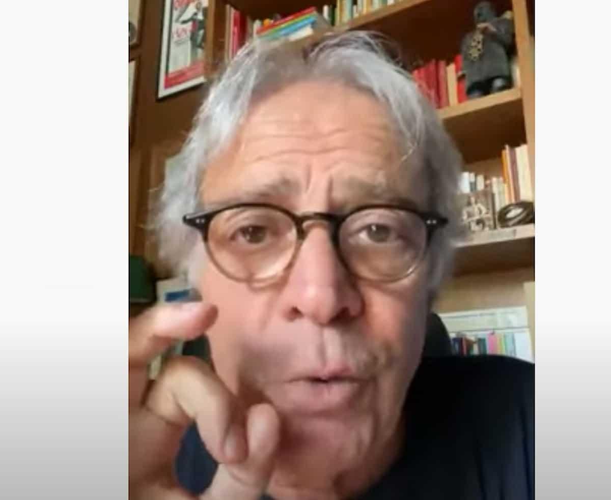 Enrico Montesano e la bufala sul sangue buttato dei vaccinati Covid. L'Avis deve smentirlo VIDEO