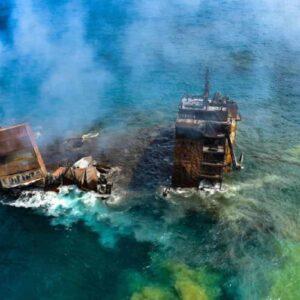Nave dei veleni affonda in Sri Lanka, tonnellate di sostanze tossiche e marea nera in mare