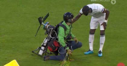 Paracadutista Greenpeace atterra in campo durante Francia-Germania: due feriti VIDEO