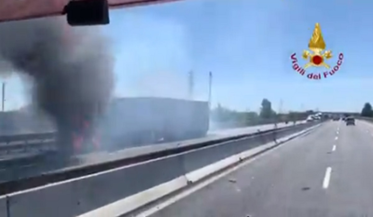 Incidente A1 Piacenza, camion tampona autocisterna che salta in aria: due morti VIDEO