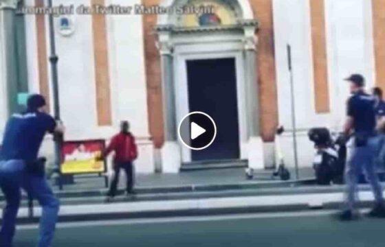 VIDEO Ghanese alla Stazione Termini di Roma minacciava passanti col coltello, poliziotto gli spara