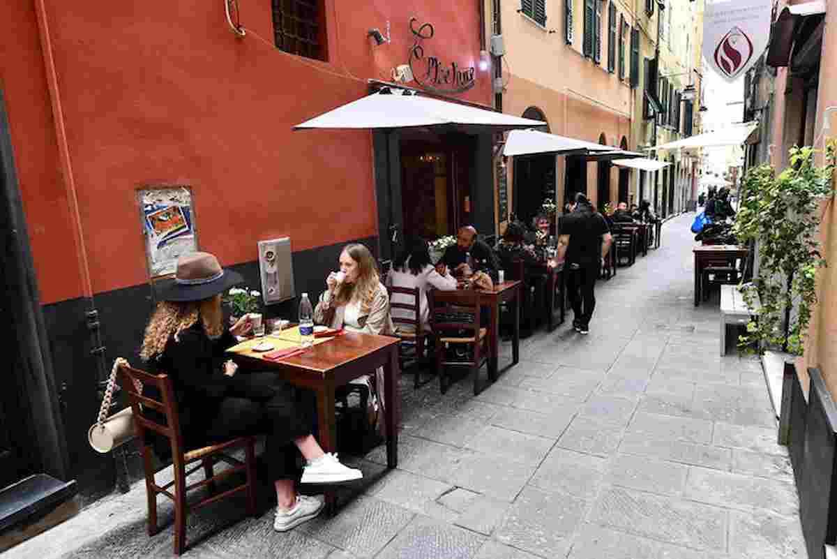 Ristoranti, 8 posti a tavola al chiuso e tavolate all'aperto: il Governo approva la proposta delle Regioni