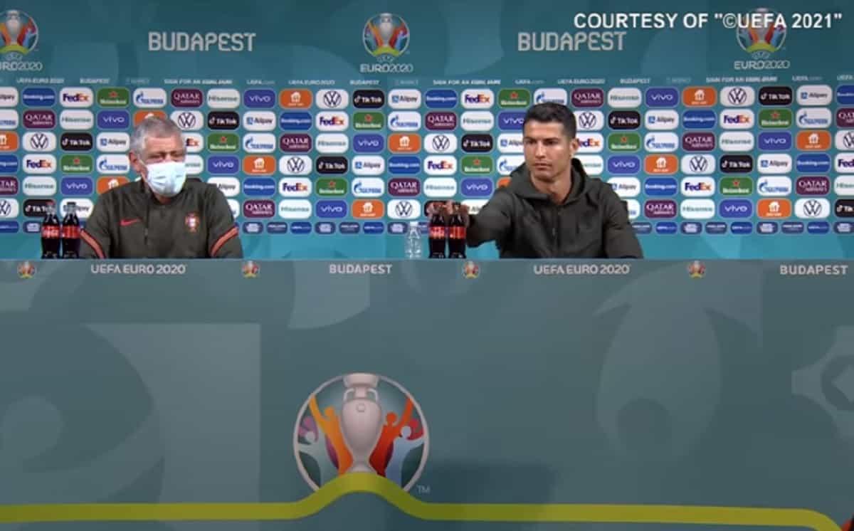 """Cristiano Ronaldo toglie la Coca Cola (sponsor Euro 2020) in conferenza stampa: """"Bevete acqua"""" VIDEO"""