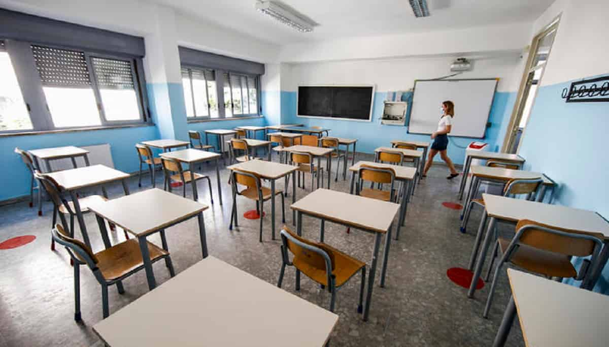 Scuola media, 300 alunni sospesi: facevano foto di nascosto a studenti e prof e poi le postavano