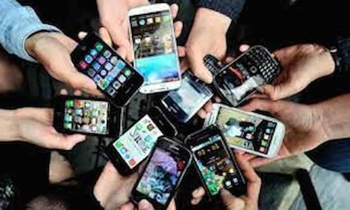 Taci, lo smartphone ti ascolta, hacker in paradiso: leggende e verità su marketing, intercettazioni e truffe