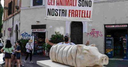 Porchetta di travertino, la statua di Trastevere che gli animalisti paragonano all'Olocausto
