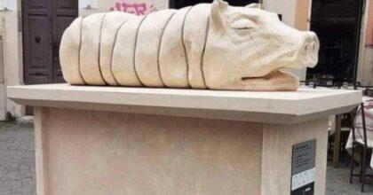 """Statua della porchetta a Trastevere fa infuriare gli animalisti: """"Raggi rimuova questo orrore"""""""