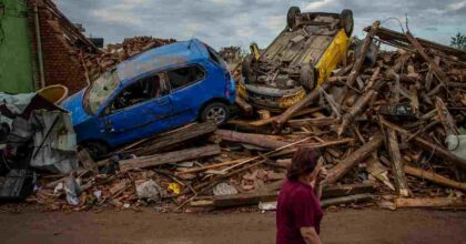 Tornado sulla Repubblica Ceca: ci sono morti e feriti, tetti e alberi divelti, 100mila case senza luce