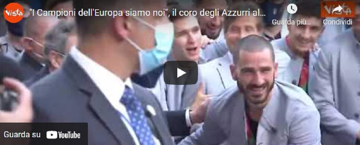 """Italia, gli Azzurri prima della cerimonia a Palazzo Chigi cantano in strada: """"I Campioni dell'Europa siamo noi"""" VIDEO"""