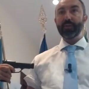 """Davide Barillari si punta una pistola al braccio e fa una diretta dalla Regione Lazio: """"Vaccini? Una roulette russa"""""""