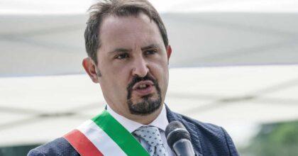 Grugliasco (Torino), si cosparge di benzina per protesta: il sindaco gli strappa vai l'accendino e lo salva