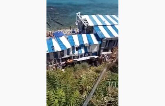 Incidente a Capri, bus fa manovra e precipita nella scarpata: ci sono almeno 10 feriti VIDEO