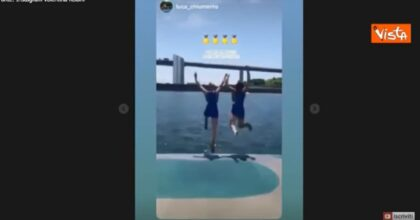 Federica Cesarini e Valentina Rodini, il tuffo per festeggiare la medaglia d'oro VIDEO