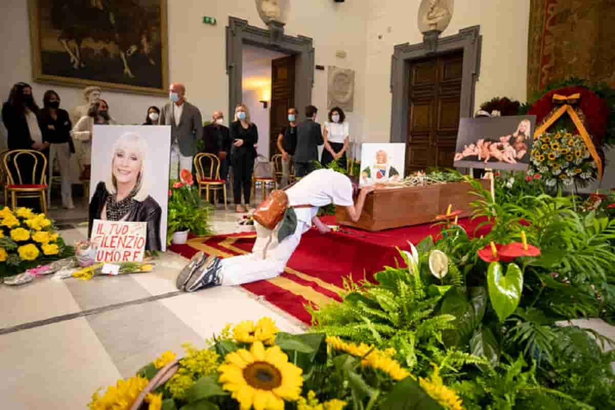 Raffaella Carrà, corteo funebre e camera ardente in Campidoglio tra le rose gialle VIDEO
