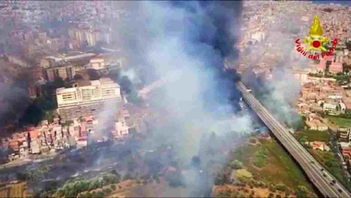 Incendi in Sicilia a Palermo e Catania (dove sono state evacuate le case e l'aeroporto ha sospeso i voli)