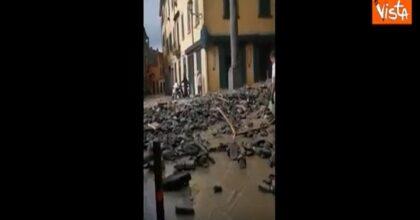 """Como devastata dalla pioggia, strade come fiumi VIDEO. I vigili: """"Non uscite di casa"""""""
