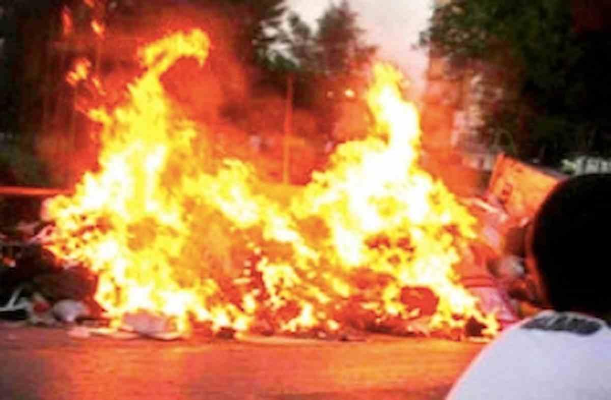 Udine, cassonetti in fiamme nella notte in viale Divisioni Garibaldi-Osoppo: proteste dei residenti per continui atti vandalici