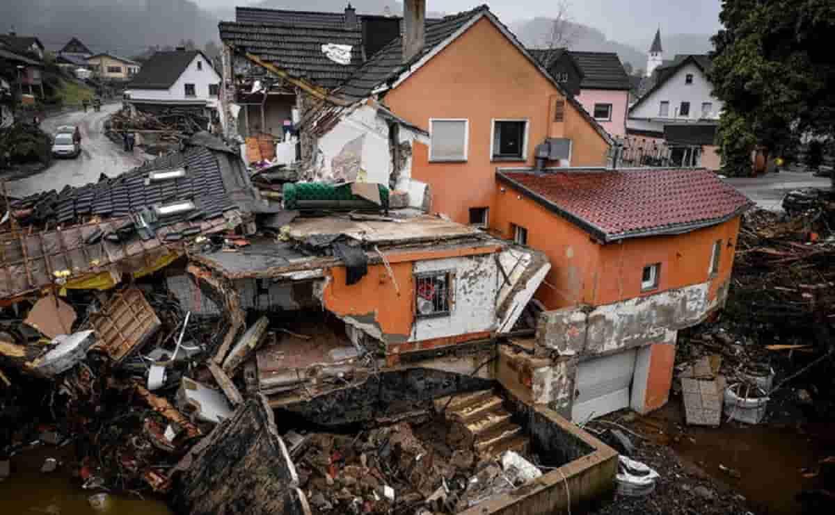 Germania, nuova frana in Vestfalia trascina case e auto: nuova strage dopo quella di ieri