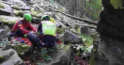 Cade su un sentiero, si frattura la gamba ma scende a valle da solo e si scusa coi soccorritori (che aveva chiamato)