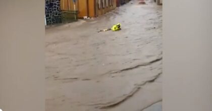 Alluvioni in Germania, abitanti salvano vigile del fuoco trascinato da acqua e fango VIDEO