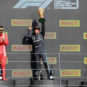 Gp Silverstone, vince Hamilton, seconda la Ferrari di Leclerc: incidente per Verstappen VIDEO