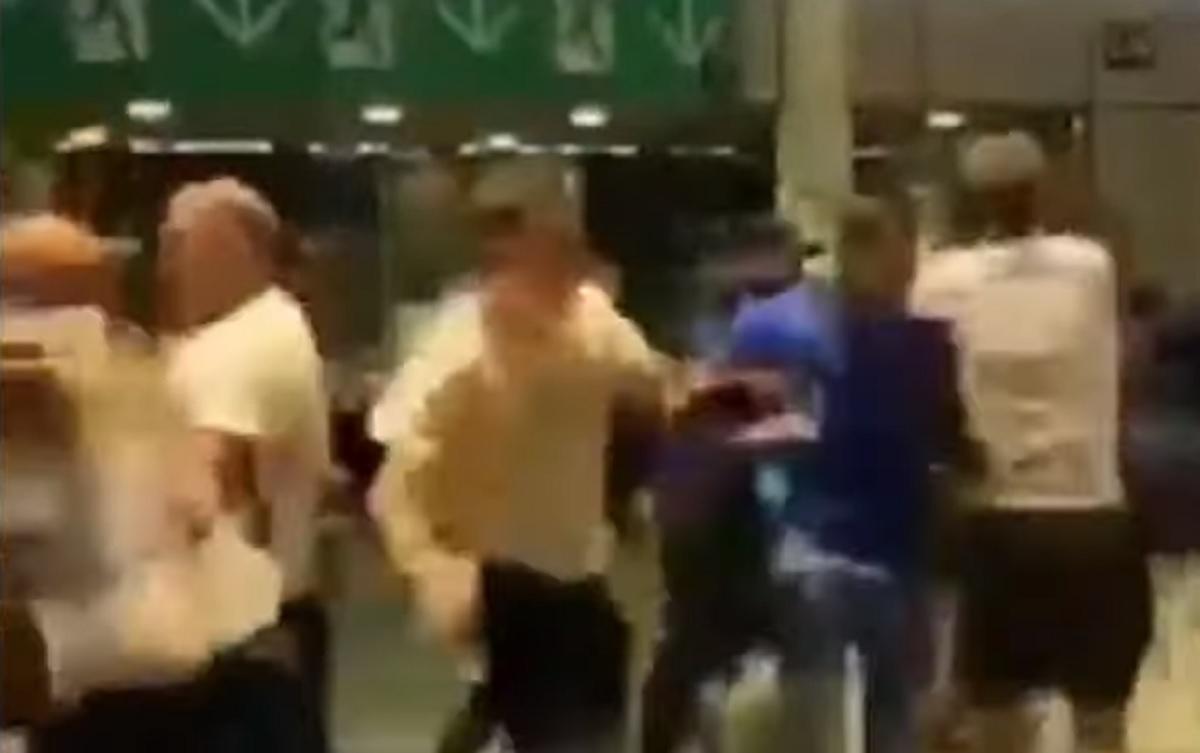 Hooligans a caccia di italiani, li aspettano fuori Wembley per prenderli a calci e pugni VIDEO
