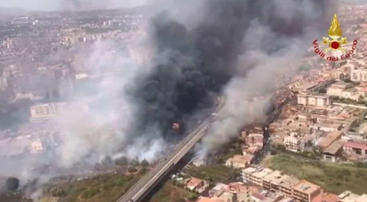 Incendi Catania: case evacuate, bruciato uno stabilimento e 150 persone scappano in spiaggia per sfuggire alle fiamme