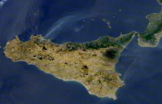 Incendi Sicilia, la Nasa fotografa la colonna di fumo a Piana degli Albanesi (Palermo)