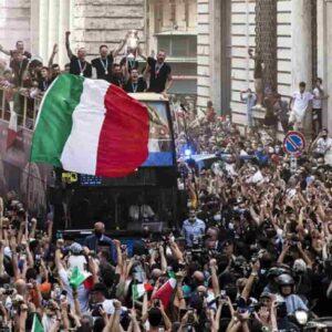 Festa dell'Italia sul bus, chi ha deciso la sfilata con assembramenti? La Figc dice le istituzioni, che però negano