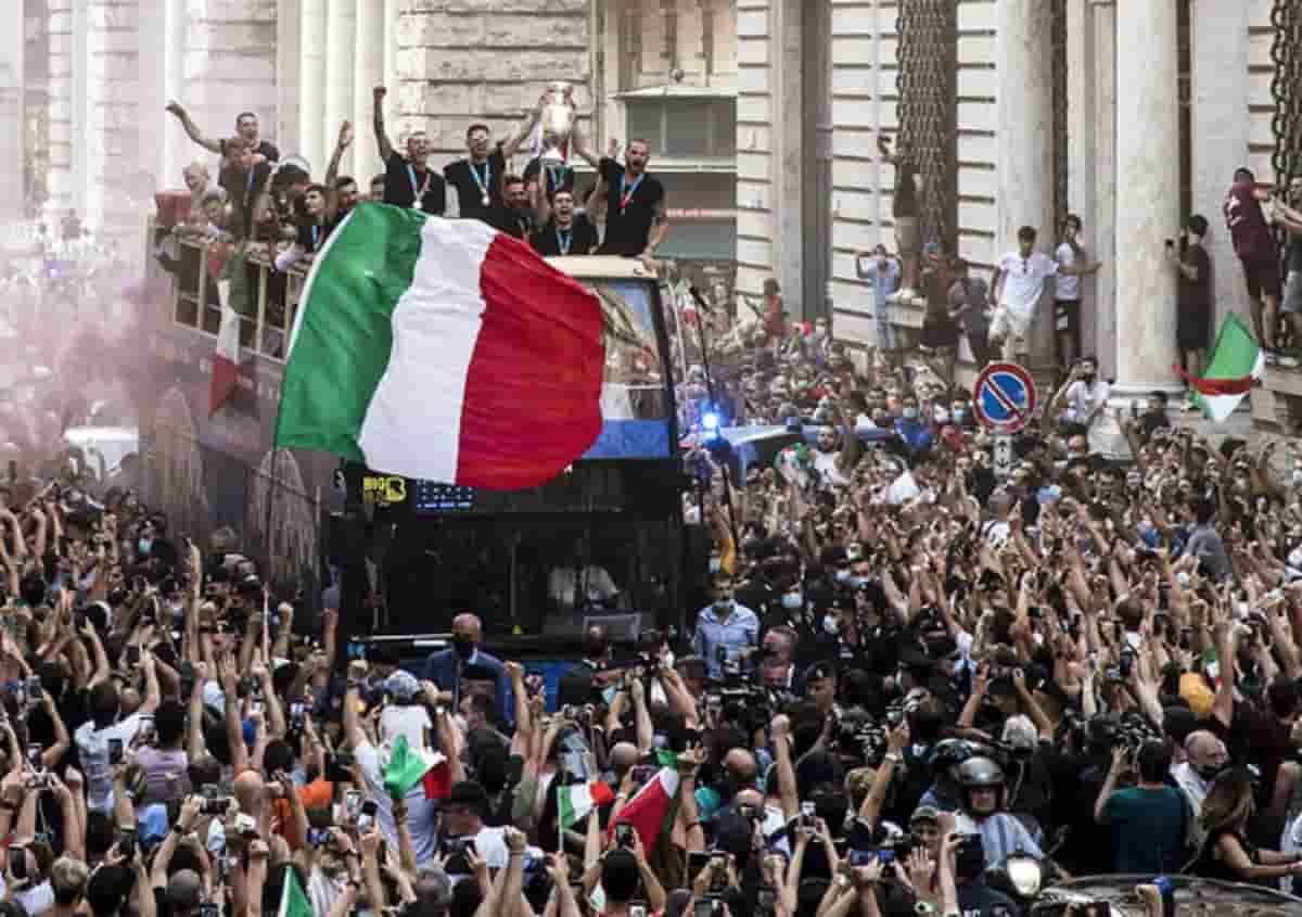 """La Nazionale e la festa sul bus scoperto, il prefetto: """"Non era stata autorizzata"""". E Bonucci discute con la sicurezza"""