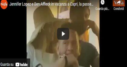 Jennifer Lopez e Ben Aflleck in vacanza a Capri, la passeggiata tra i vicoli dell'isola VIDEO