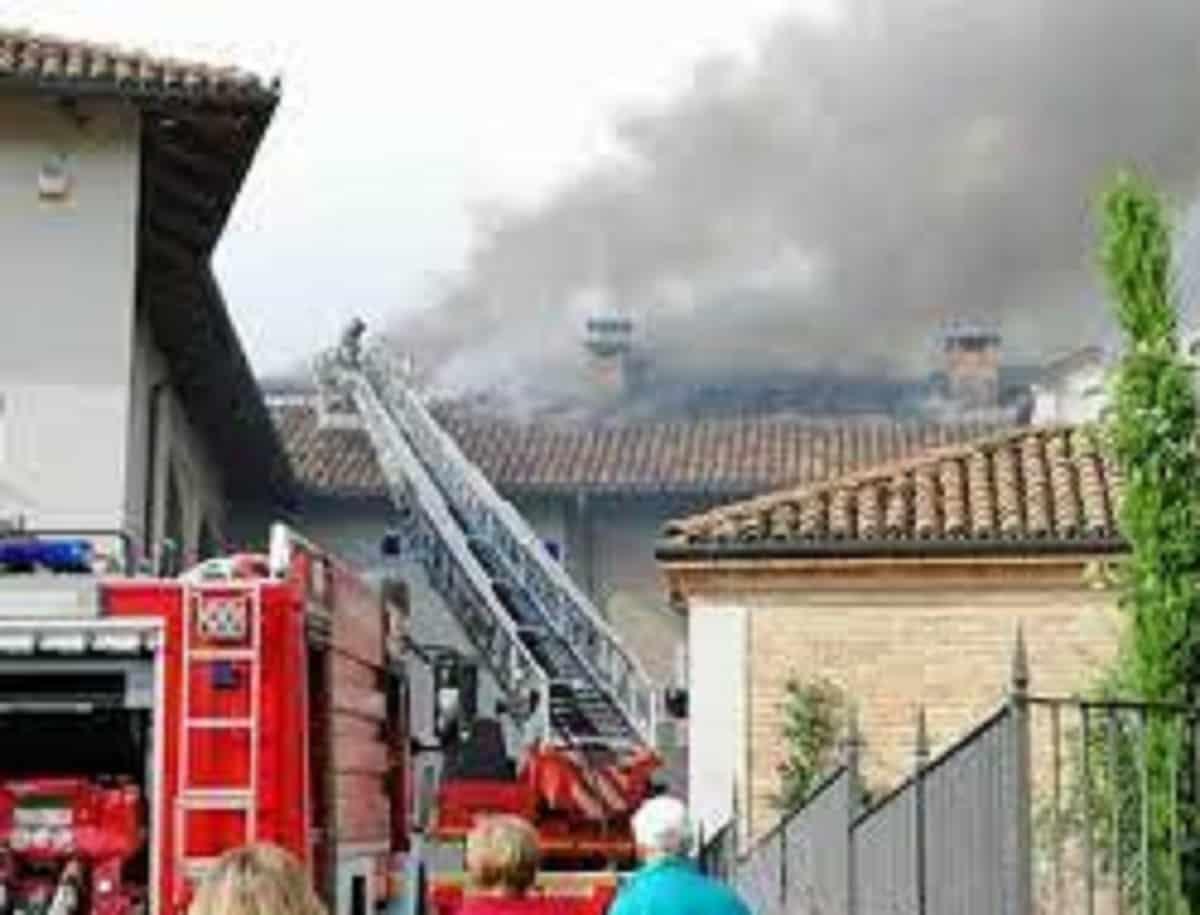 Treviolo (Bergamo), pioggia e grandine: statua crolla da torre campanaria: nessun ferito