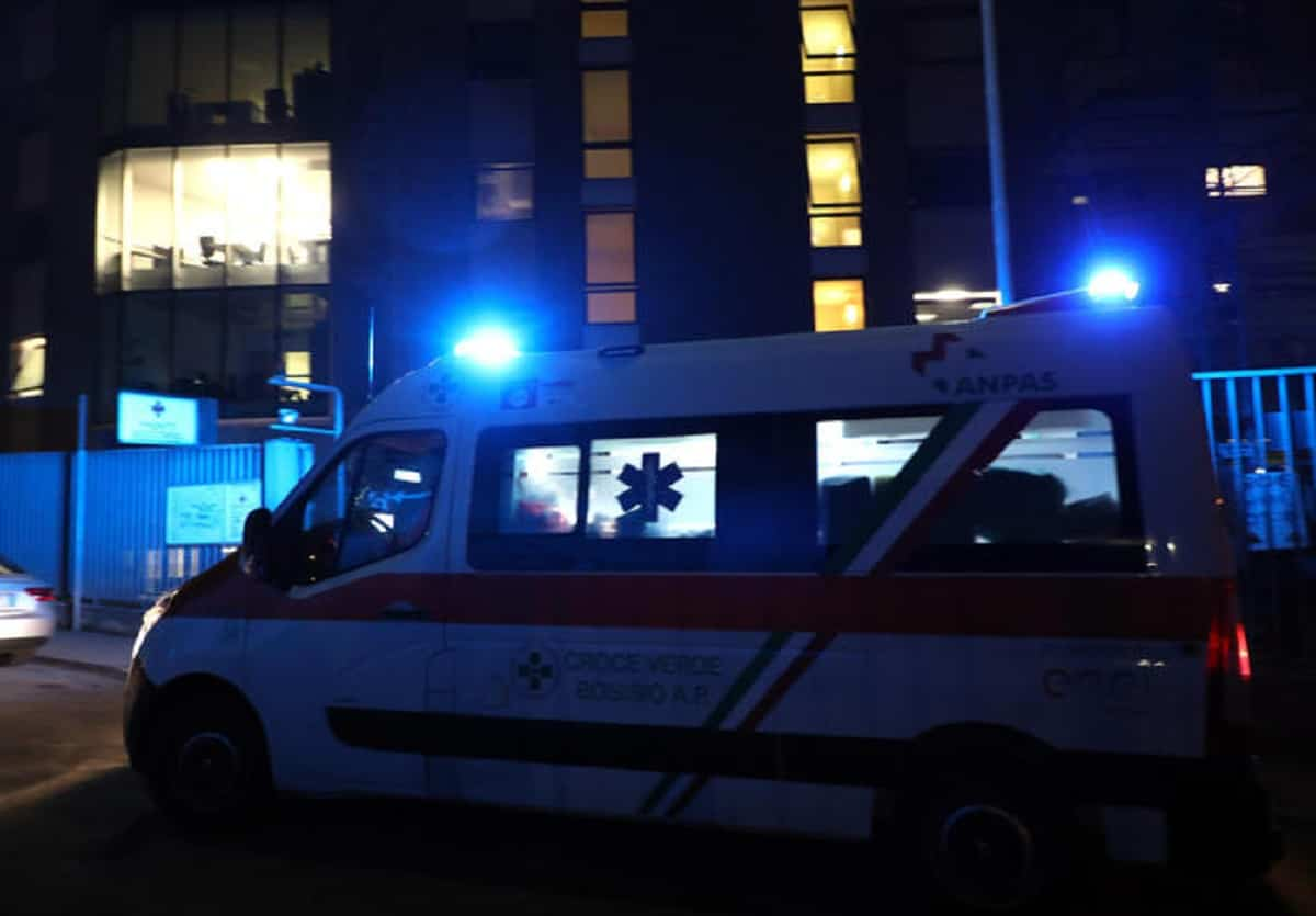 Mantova, agguato con mazze da baseball davanti al centro commerciale: due giovani in gravi condizioni