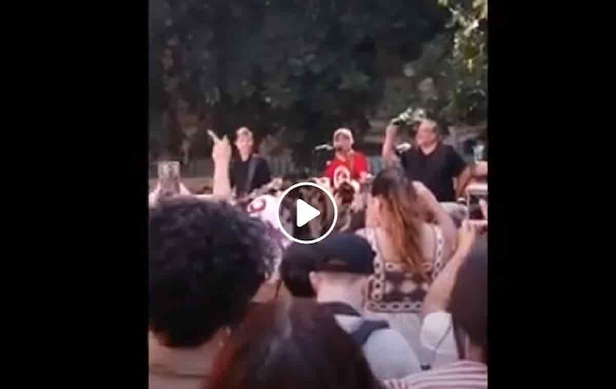 Manu Chao canta Clandestino in piazza Alimonda a Genova per ricordare Carlo Giuliani VIDEO