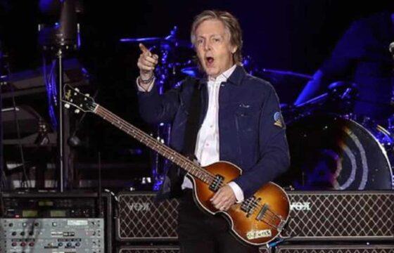 """Paul McCartney ringiovanito nel video di """"Find my way"""" con Beck: via capelli brizzolati e rughe"""