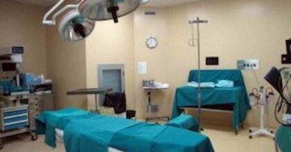 Dona un rene alla moglie malata e la salva: le difficoltà e l'attesa dell'operazione, rinviata per il lockdown