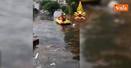 Nubifragio Palermo, strade come fiumi: vigili del fuoco intervengono con il gommone VIDEO