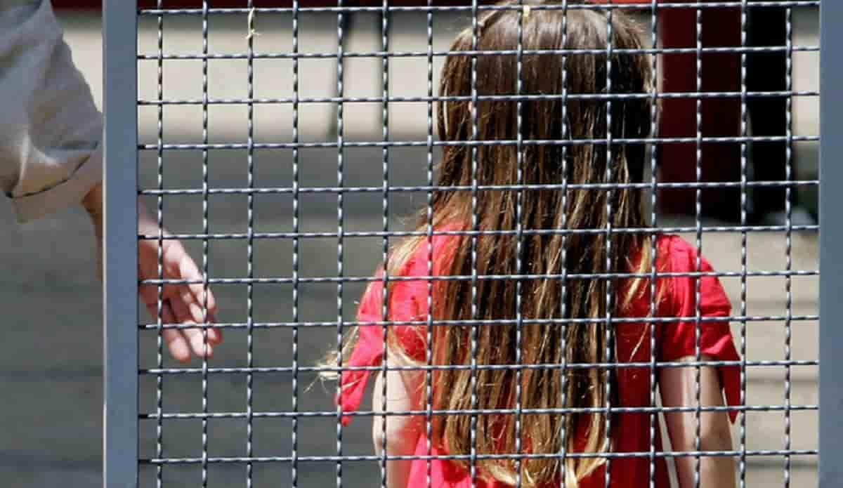 Abusi su minori, arrestato un sacerdote a Milano: molestie dal febbraio 2020 al maggio 2021