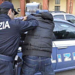 Il clandestino può colpire il poliziotto se si oppone a un'espulsione illegittima: non è punibile