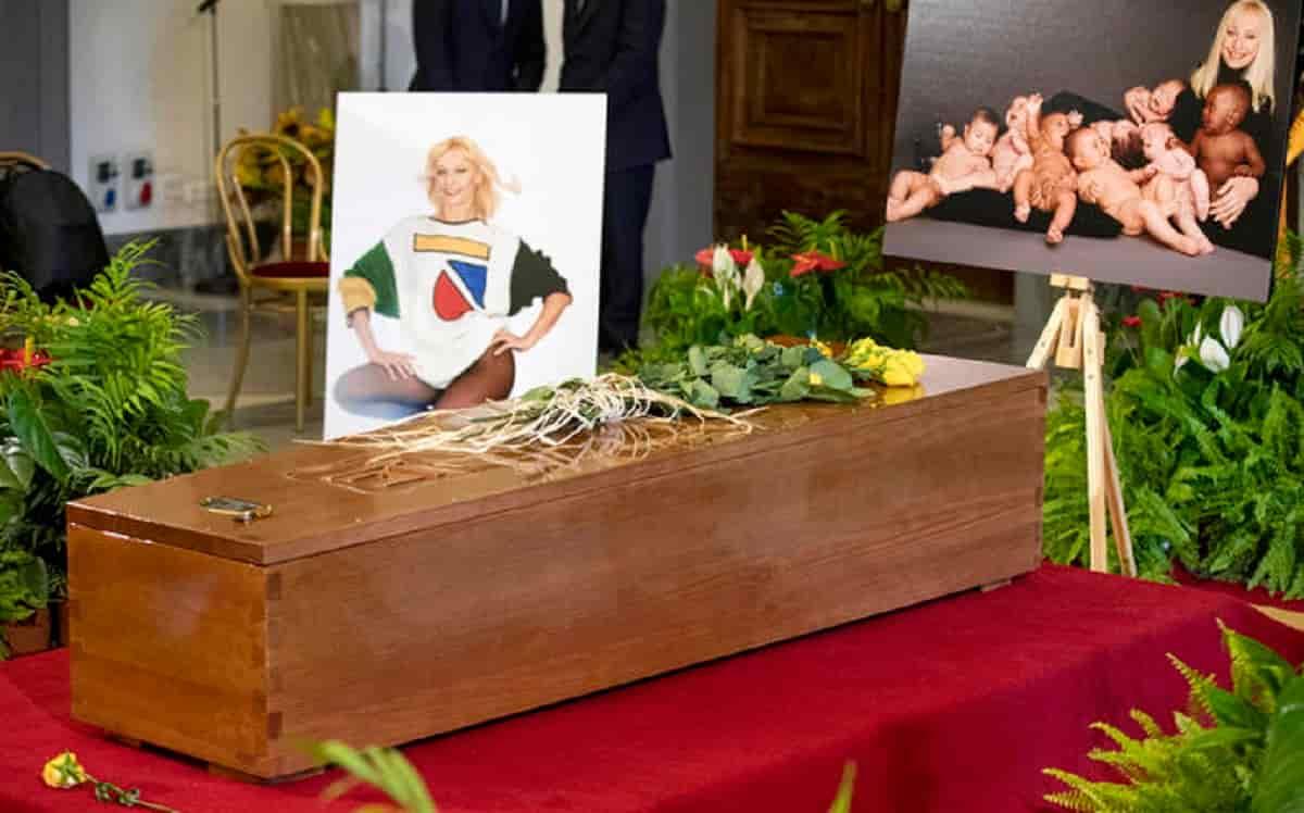 Vladimir Luxuria, bandiera arcobaleno sulla bara di Raffaella Carrà: parte la polemica social